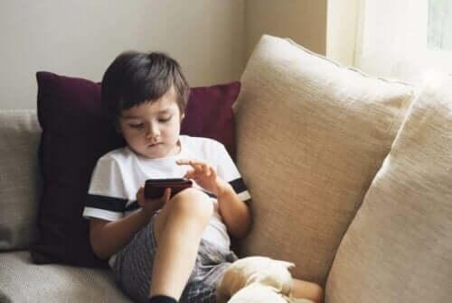 어린이 안전 장치를 이용한 스마트폰 보관 방법