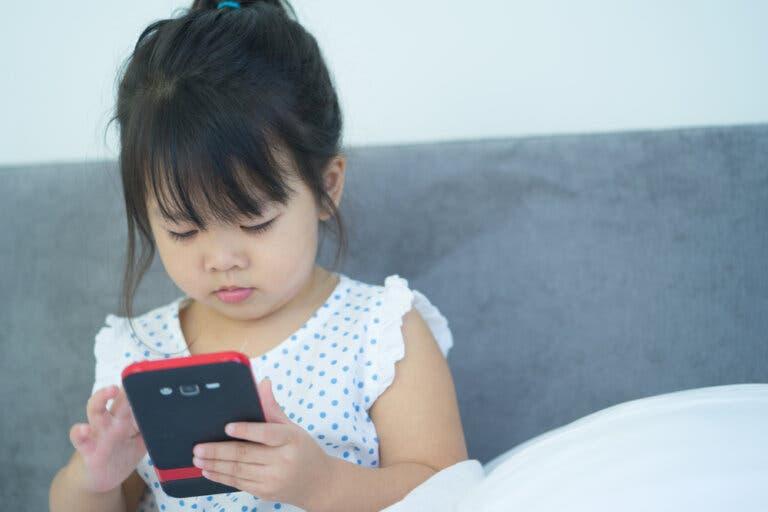 올바른 사용으로 어린이와 휴대전화 보호