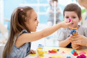 안절부절못하는 아이들을 위한 감각 활동과 공예의 이점