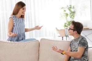 십대 자녀를 추궁하지 않고 어떻게 접근할 수 있을까?
