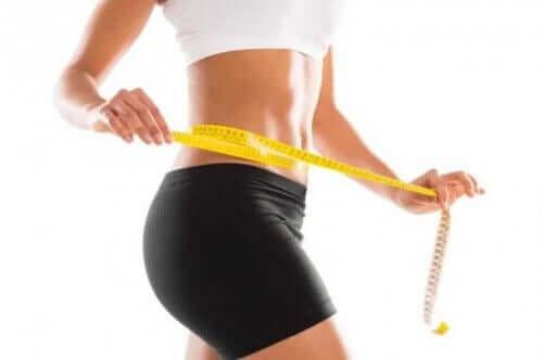 여성의 복부를 강화하는 운동