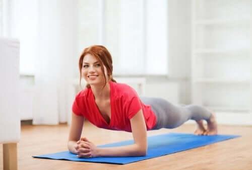 복부를 강화하는 5가지 쉬운 운동