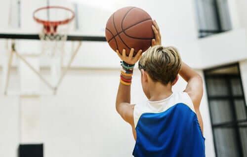 농구는 팀운동으로 사회적 감정적 장점이 있다.