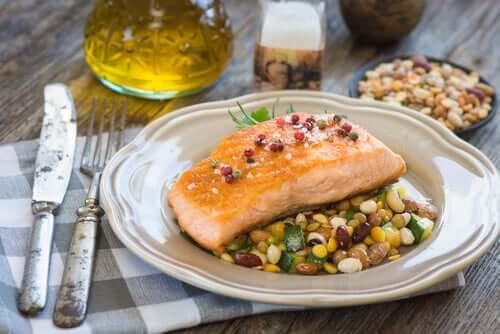 당뇨병 환자를 위한 레시피: 채소와 볶은 올리브를 곁들인 연어 구이