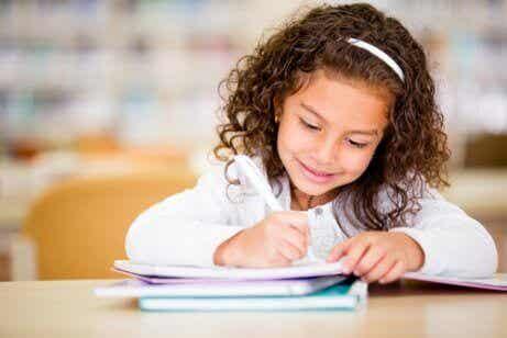 어린이의 창의적 글쓰기를 장려하는 7가지 방법