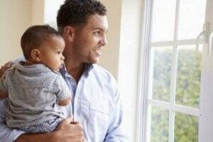 남성의 육아 휴직에 아기들 역시 큰 도움을 받고 있다