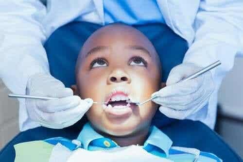 아이가 치과에 대한 두려움을 극복하도록 돕기