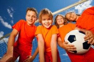 여러 스포츠가 어린이의 팀워크를 장려한다
