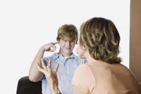 청소년기 반항의 5가지 징후 및 대응 방법