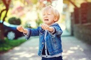 아이가 밖에서 떼를 쓸 때 부모로서 우리의 태도가 중요하다