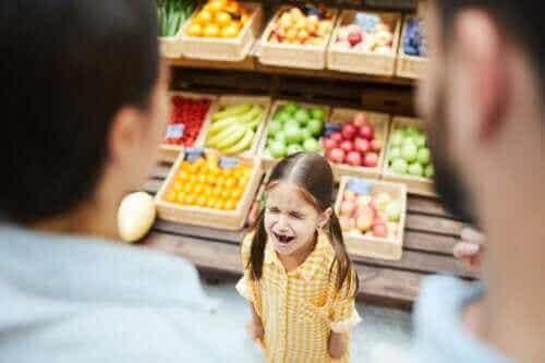 아이가 밖에서 떼를 쓸 때: 9가지 대처 방법