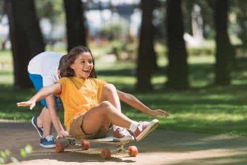 아이들이 활동적으로 지내도록 동기부여하고 그들의 관심사를 존중하자