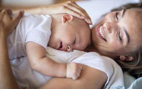 만약 아기가 괜찮다면 엄마는 다른 방에서 자기 시작할 수 있다